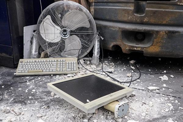 Một số máy tính trong xưởng in cũng bị hư hỏng nặng. (Yu Gang / The Epoch Times)