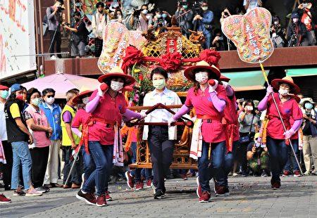 台中市長盧秀燕參與扶轎。