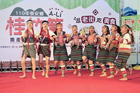 傳源文化藝團以竹簧舞揭開序幕