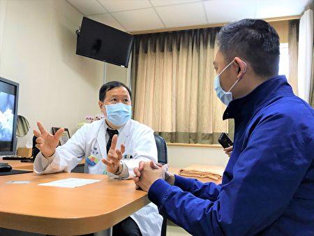 施打AZ疫苗前,醫生將例行問診身體狀況及過敏史等資訊。