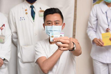 施打AZ疫苗前,由醫護及施打對象一同核對身份資料及疫苗資訊,確認無誤後才予以接種,接種完畢會在健保卡上貼上疫苗貼紙。