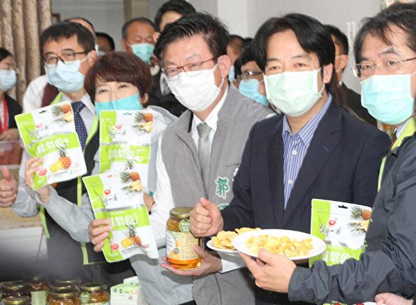 蓬佩奥大啖台湾凤梨干 台南市长邀到产地品尝