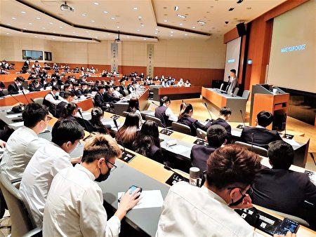 臺北米其林二星RAW餐廳前主廚黃以倫到弘光科大演講,與學生分享經驗。