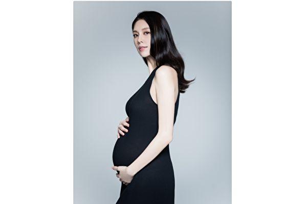 廖奕琁步入懷孕後期 偕夫入鏡拍孕媽咪寫真