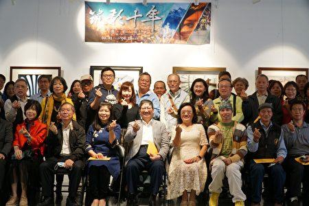 新竹縣長楊文科(前排左4)參觀攝影展,並與筑影攝影社社員合照。