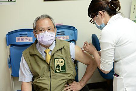 AZ疫苗接種12日起擴大接種,屏東縣衛生局長施丞貴帶頭接種疫苗,希望增加醫護及防疫人員對疫苗的信心。