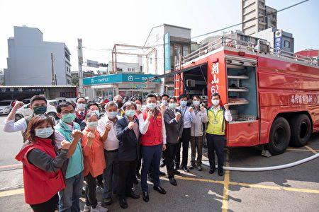 新竹市长林智坚13日偕8大医院代表赴国泰医院演练紧急供水。