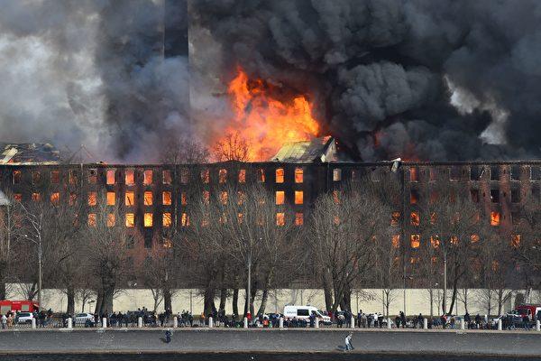 組圖:俄羅斯180年古蹟老廠失火 濃煙竄天
