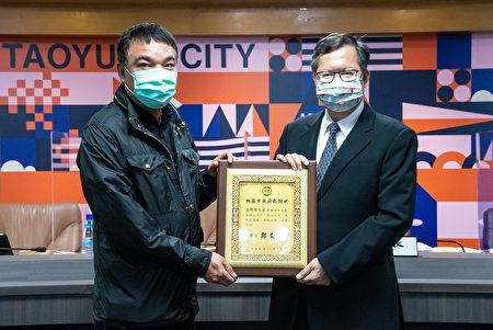 桃園市長鄭文燦頒發感謝狀予王明權先生。