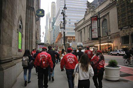 參與民眾和紐約市「守護天使」組織在曼哈頓42街上遊行,向路上民眾派發宣導材料。