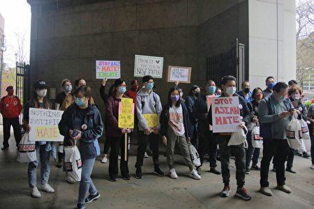 參與民眾先在市政大樓集會,手舉各式標語。