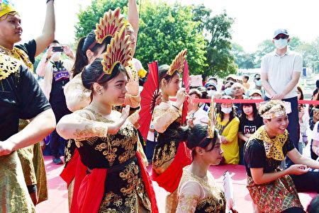 明道大学国际生着传统服饰表演舞蹈。
