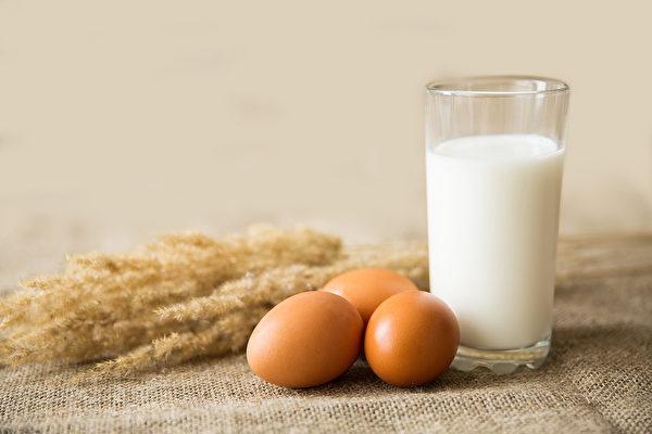 补钙时,同时吃含维生素C、维生素D的食物,有助钙质吸收。(Shutterstock)