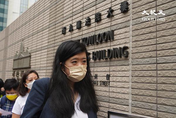 """4月16日,香港""""8.18集会""""与""""8.31集会""""案进行宣判程序。黎智英女儿到法院。(余钢/大纪元)"""