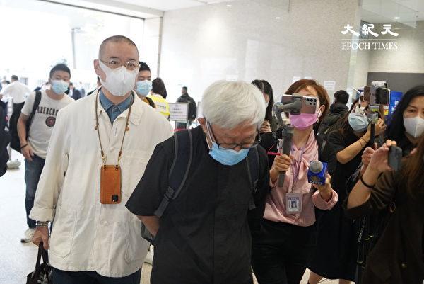 """4月16日,香港""""8.18集会""""与""""8.31集会""""案进行宣判程序。香港荣休枢机主教陈日君(中)前来声援。(余钢/大纪元)"""