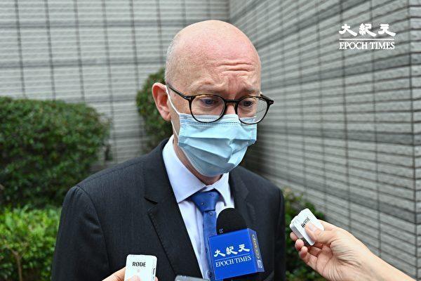 """4月16日,香港""""8.18集会""""与""""8.31集会""""案进行宣判程序。欧盟驻香港办事处副办事处主任韦理斯(Charles Whiteley)前来关注。(宋碧龙/大纪元)"""