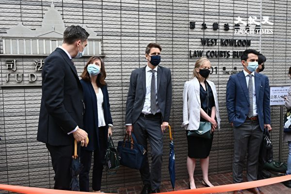 """4月16日,香港""""8.18集会""""与""""8.31集会""""案进行宣判程序。图为4月16日,澳洲、加拿大、瑞典、法国、荷兰的驻港领事官员(从左至右)到法院外关注。(宋碧龙/大纪元)"""