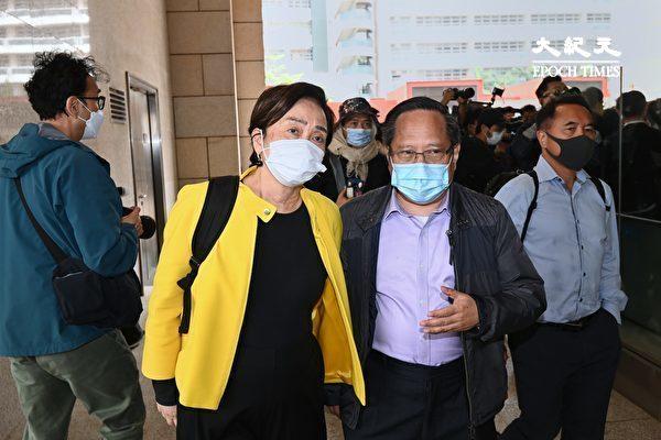 """4月16日,香港""""8.18集会""""与""""8.31集会""""案进行宣判程序。香港民主党前主席刘慧卿(左)与何俊仁(右)到场。(宋碧龙/大纪元)"""
