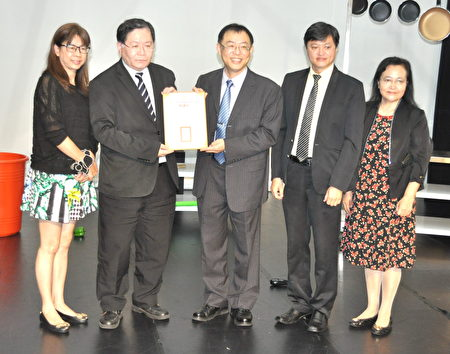 譚巽言理事長(左二)代表台北市高中高職家長會長協會致贈醒吾科大校長陳義文(中)感謝狀。
