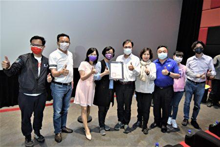 彰化县长王惠美于《当男人恋爱时》彰化县特映会表扬导演并颁发感谢状。