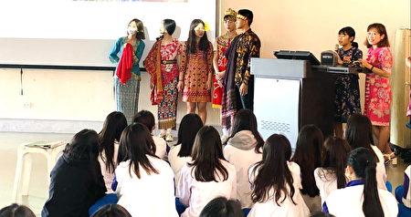 刘玉珍同学(右2)介绍印尼服饰文化。