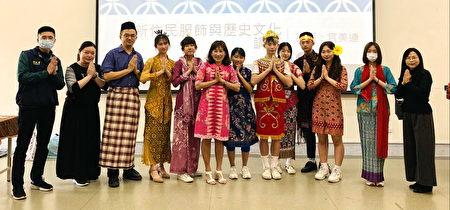 官美连女士(左6)与刘玉珍同学(左7)与中坜家商师生穿着印尼传统服饰合影。