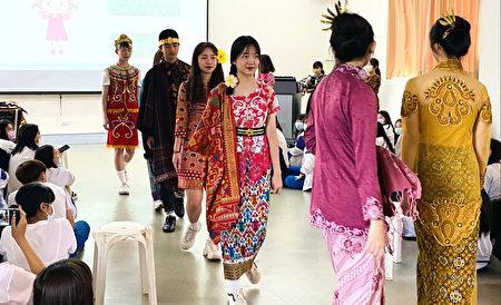中坜家商同学穿着印尼传统服饰走秀。