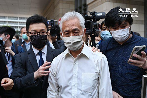 """4月16日下午,香港""""8·18集会""""案中黎智英等九位民主人士被判刑。图为梁耀忠走出法庭。(宋碧龙/大纪元)"""