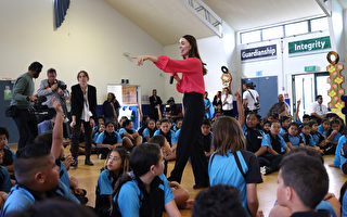 组图:新西兰总理参访学校 推心理健康计划