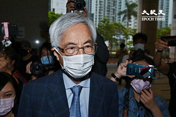 """4月16日下午,香港""""8·18集会""""案中黎智英等九位民主人士被判刑。图为李柱铭步出法庭。(宋碧龙/大纪元)"""