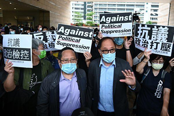 4月16日下午,香港「8.18集會」案、「8·31集會」案宣判。圖為「8·31集會」案宣判後,涉案被告楊森(右)與「8.18」集會案何俊仁在法庭外。(宋碧龍/大紀元)