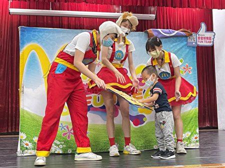 桂林附幼邀请麦当劳儿童剧莅临演出,并安排亲子游戏,唱跳一起来,大家乐翻天。