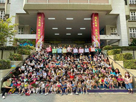 母亲节前夕,桂林附幼孩童插花初体验,与父母共作花提篮,亲子花卉传爱,校园处处洋溢感恩心。
