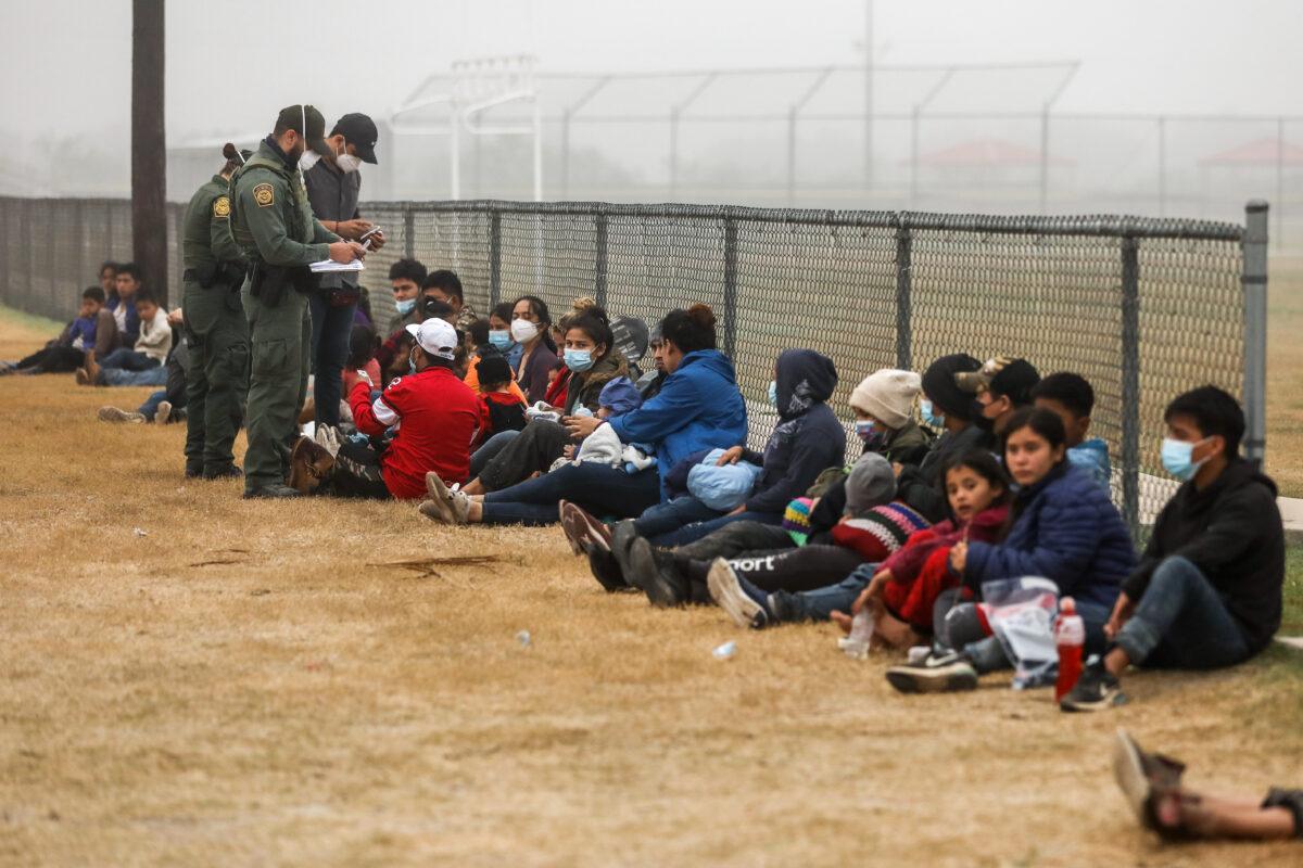 """拜登承认边境移民潮是""""危机"""" 将增难民上限"""
