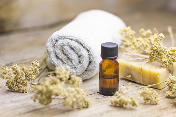用精油熱敷能減緩慢性疼痛、肌肉痠痛、經痛。(Shutterstock)