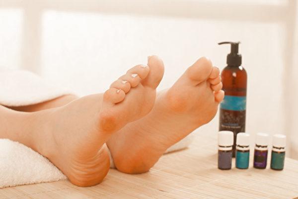 腳掌有身體最大的毛孔,所以能夠輕鬆吸收精油,不用幾分鐘就能進入血流之中。(Shutterstock)