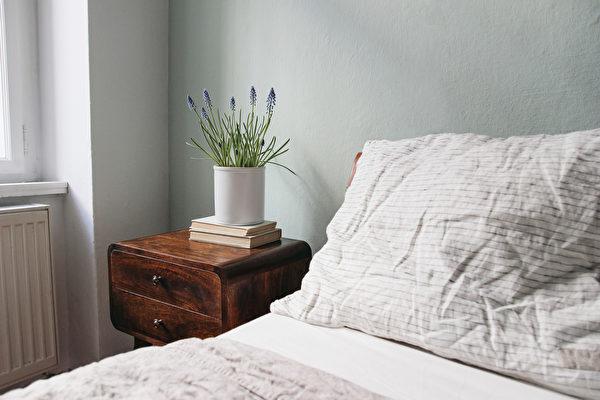精油滴在枕頭上,有助眠、幫助夜間放鬆的效果。(Shutterstock)