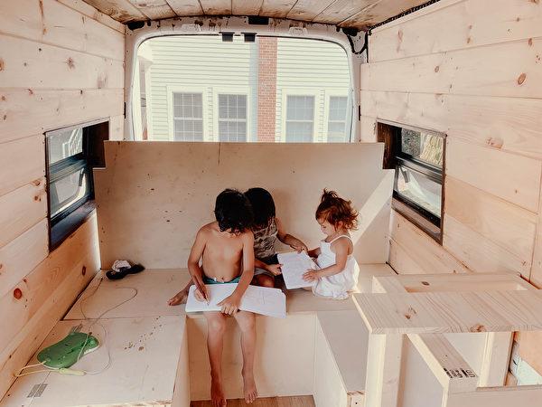 "id12887465 et van trip 89 5 78 600x450 - Converted vans into ""European huts"" for traveling parents   Mini House   Epoch Times"