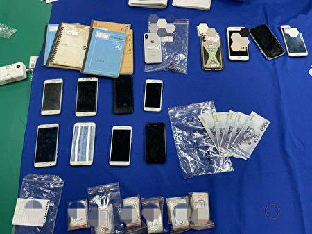 警方現場查扣應召站相關不法所得、電腦主機、帳冊等犯罪證據。