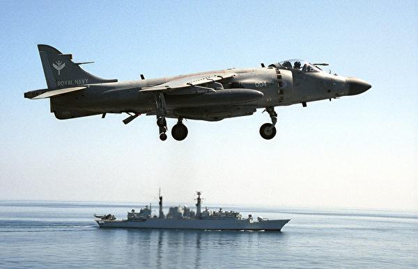 2001年10月24日,一架从英国航空母舰上起飞的海猎鹰战斗在演习中,该型战机参加了1982年福克兰岛之战。(Mohammed Mahjoub/AFP via Getty Images)
