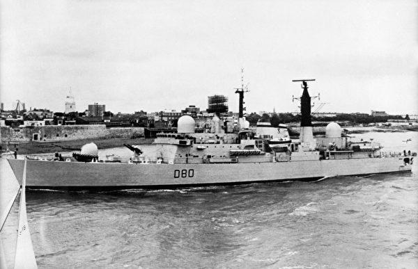 """英国的""""雪菲尔号""""驱逐舰,摄于1980年。1982年5月4日在福岛之战中,""""雪菲尔号""""驱逐舰被一枚被飞鱼反舰导弹击中后沉没。(AFP/AFP via Getty Images)"""