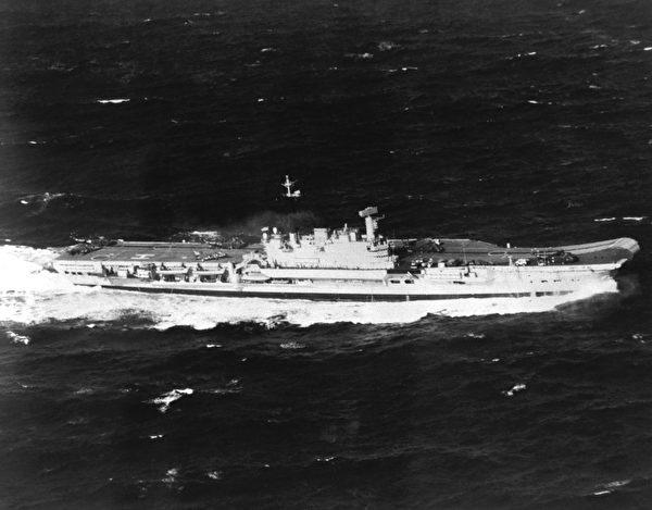 1982年3月16日,英国竞技神号航母HMS Hermes (R12)在行进中。(公有领域)