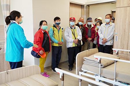 中坜老人会参访金色年华综合长照机构。