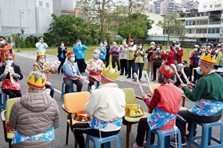 金色年代长照机构老人演出娱宾。