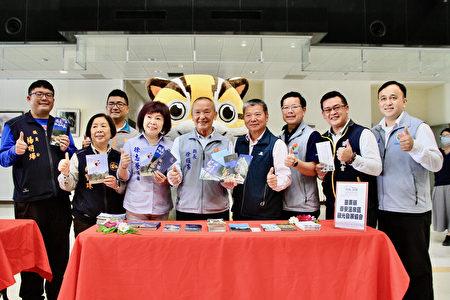 苗栗县长徐耀昌与泰安乡观光协会欢迎来泡温泉品美食亲子游。