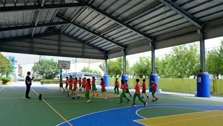 為提供枋寮國小優良運動環境,縣府爭取經費興建多功能半戶外球場。