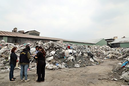 嘉義市環保局呼籲還有廢棄物堆置在青年街的廠商,儘速先認領清除,如經蒐證發現查獲,將請求檢察官求處重刑。