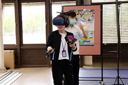 副市长体验VR。虚拟实境(英语:virtual reality,缩写VR),让使用者感觉仿佛身历其境。