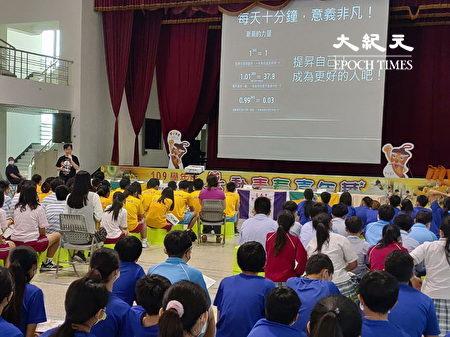 深澳国小老师林志彦(前站立者)分享校园读报融入品德教育教材运用与成果分享。