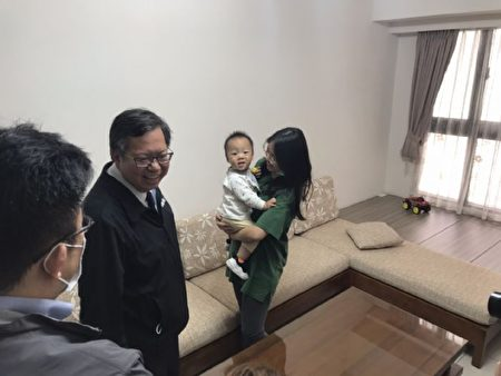 桃园市长郑文灿20日访视桃园市政府社会住宅包租代管政策户。